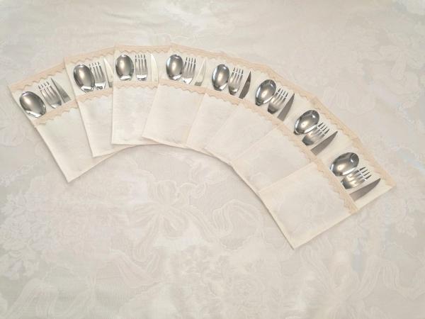 Set Fata de masa Ivory, rotunda, diametru 3m, cu 12 suporti de tacamuri, 12  servetele, cu dantela brodata